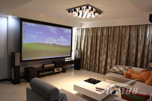 客厅投影仪效果图; 蜗居中产各不同 投影选购需步步惊心; 客厅也可以