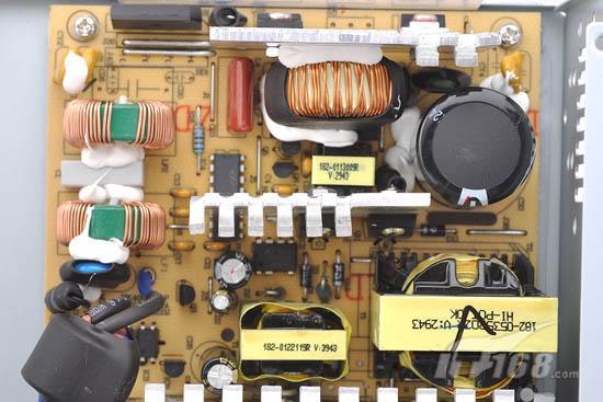 主开关管与整流桥   航嘉冷静王钻石Win7版采用了T2SB60A 6A整流桥,主开关管方面采用了规格为10A 600V的STP10NK60ZFP Mosfet,超快速恢复管则采用了NXP BYC8-600 FRD。