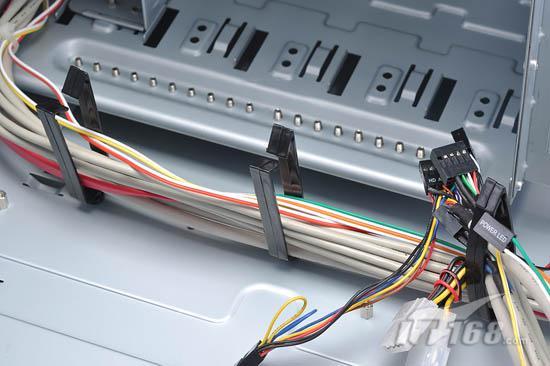配备理线夹设计   对于高端玩家来说,机箱内的布线必须要整齐,一般的布线整理必备工具是魔术扎带或者普通扎带,但是索普达X5精英战舰内部自带理线夹功能,用户要整理的时候只要把线材都放在理线夹里,过程轻松方便,而且这种理线夹较为耐用,比那些一次性扎带环保多了。 产品点评与总结   从顶级机箱的发展趋势来看,散热性能成为了高端玩家的首要考虑因素。一款配备几十套风扇的机箱就是散热强劲的产品吗?当风道混乱的时候,机箱的散热性能反而会下降,而且过多的尘埃会让人头痛。