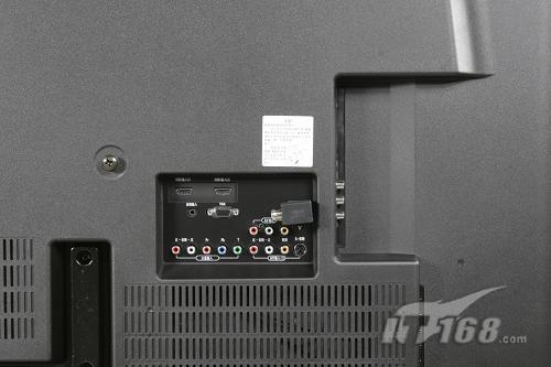 在电视机的侧面,长虹为用户提供了网口和usb接口