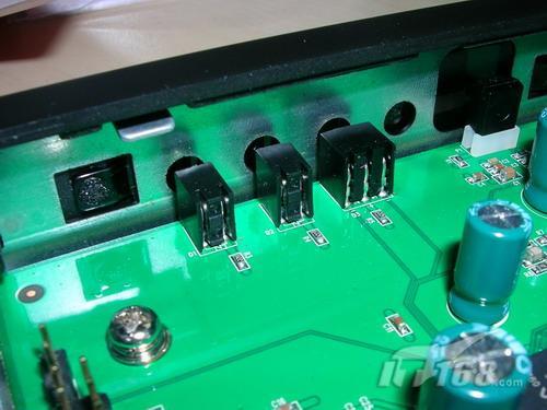 除此之外,电路板上还有一块三星的k9f1g08u0b,这是一块128mbytes的sl
