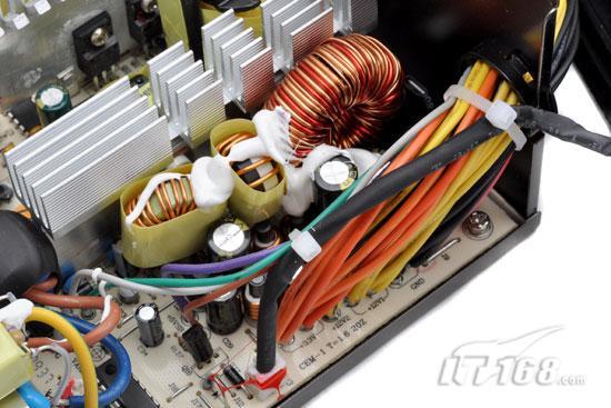 低压滤波整流电路   同步整流技术最终体现在低压滤波电路的设计上,对于一款额定功率为300W的电源来说,我们很难苛刻要求它的用料与做工有多强悍,航嘉新版多核R80的低压滤波电路方面设计中规中矩,大量的低压电容进行最后的滤波工序,两颗小型电感与一颗硕大的电感起到输出储能作用。